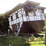 Перевернутый дом в парке Юность